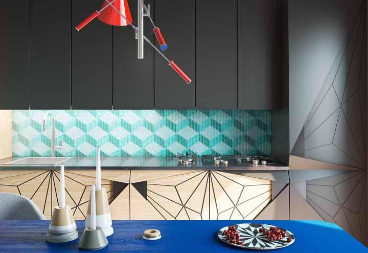 Nessa cozinha, não é só a parede que é geométrica