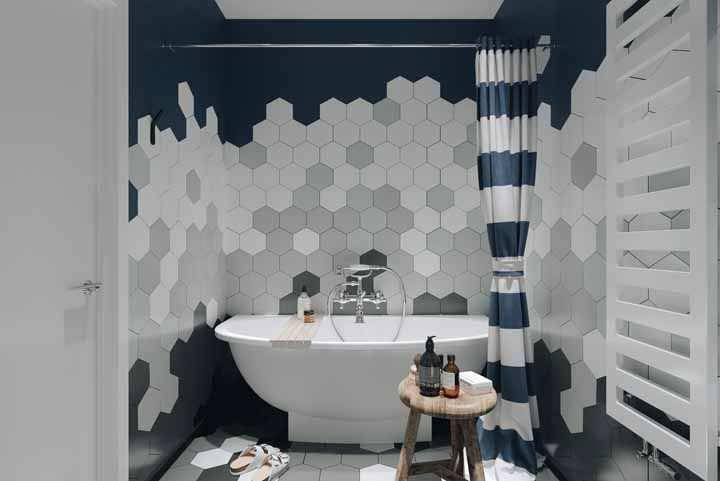 Do azul até o preto: a combinação de cores da parede geométrica deixa o banheiro moderno e elegante