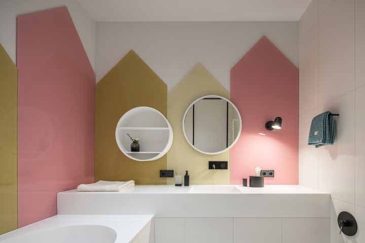 Parede geométrica formada por revestimento de cores neutras