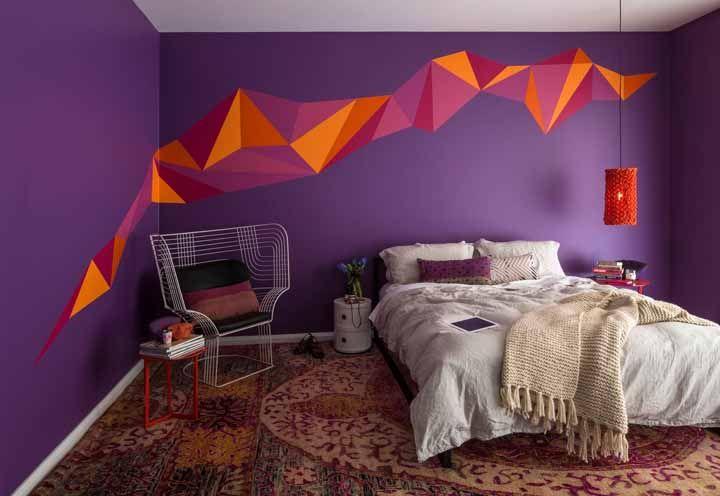 Para quem deseja uma inspiração mais ousada, esse quarto de paredes roxas e formas geométricas laranjas é um deleite