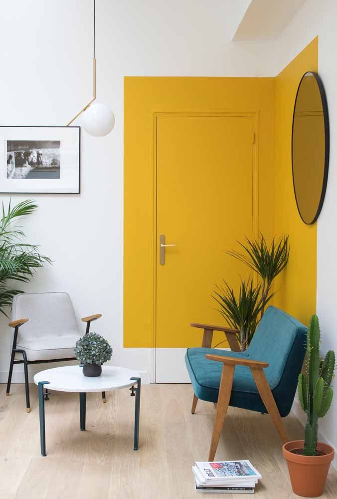 Parede geométrica amarela para criar contraste e destaque na decoração