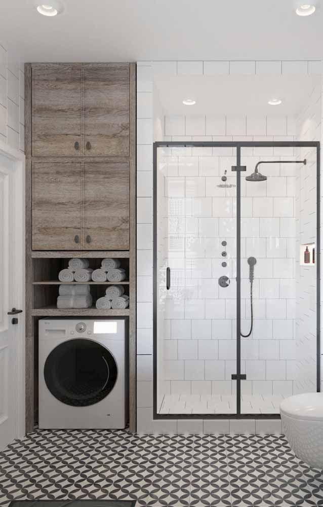 Banheiro e área de serviço integradas? Resolva o problema da falta de espaço com um armário sob medida