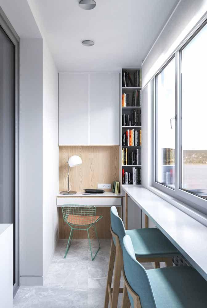 Transforme a varanda em um home office com a ajuda de móveis sob medida