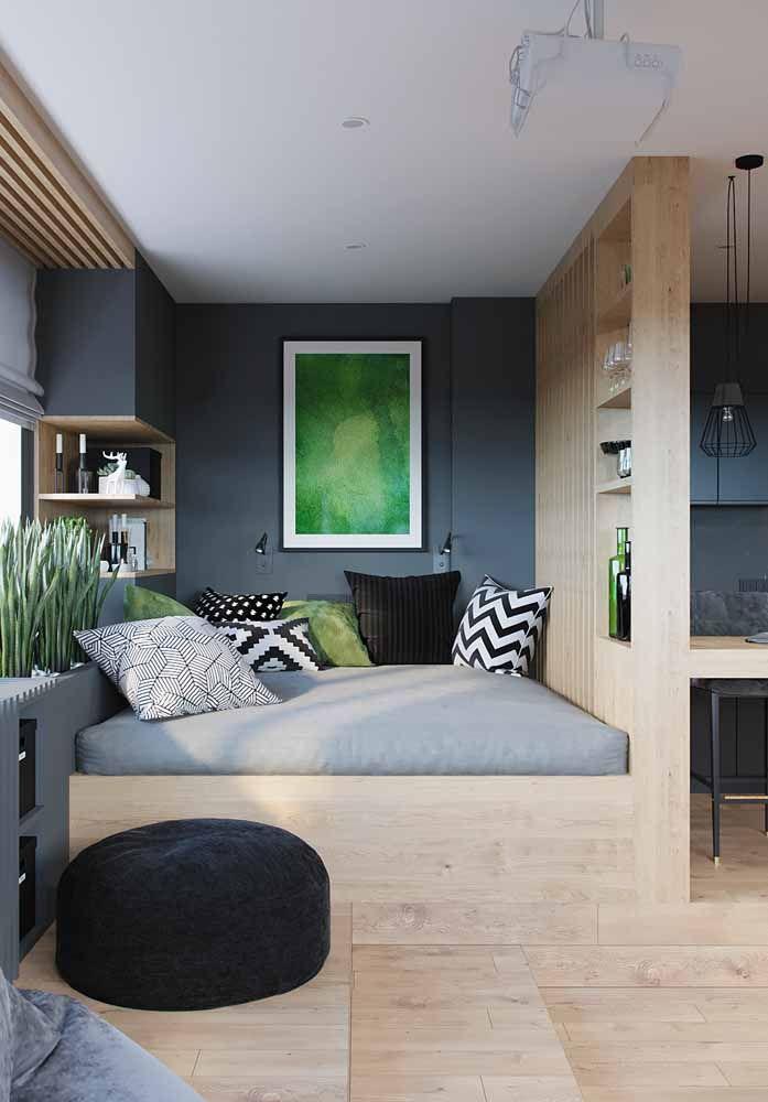 Aproveite o móvel sob medida para criar divisórias que separam ambientes, como nessa imagem, onde a estante delimita o quarto da sala