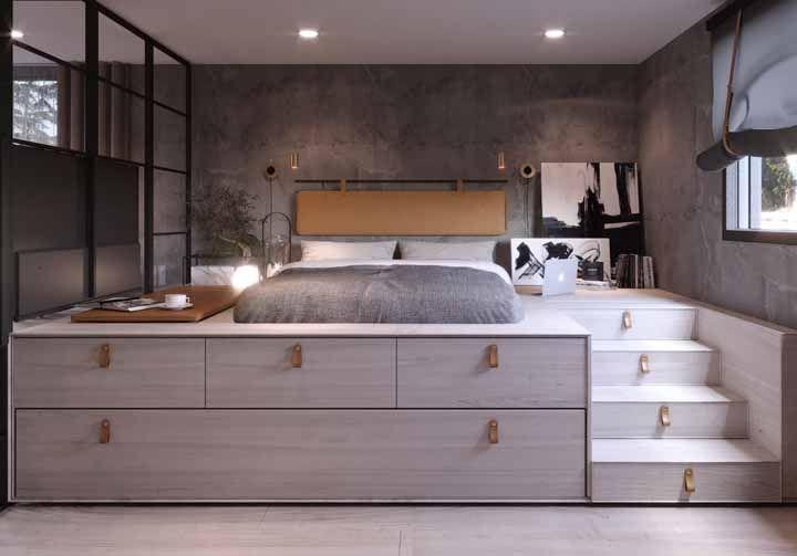 O quarto construído a uma altura elevada do chão permite que a estrutura da cama seja usada para guardar e organizar objetos; uma solução de design extremamente funcional