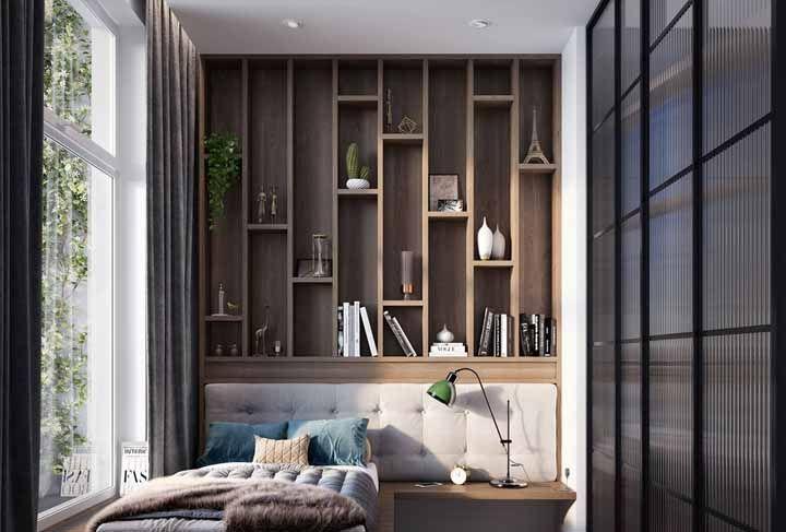 Valorize a cama – e o quarto – com um painel de nichos sob medida