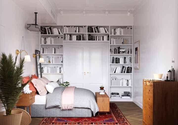 Muitos livros e sem espaço para guardá-los? Emoldure a parede com nichos