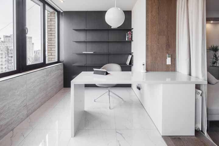 Um escritório clean e minimalista feito sob medida para atender as necessidades estéticas e funcionais do morador