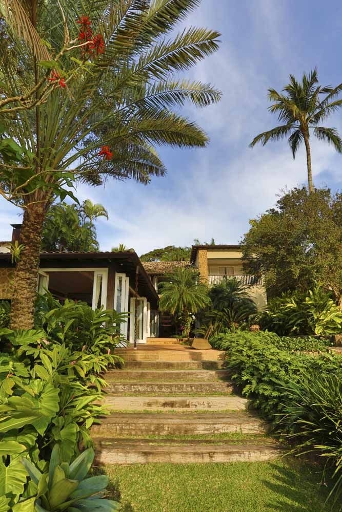 Caminhos adornados com plantas são uma marca do paisagismo residencial