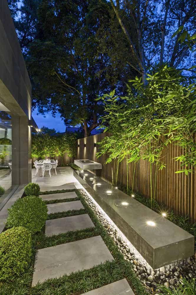 Pedras, luzes e plantas compõe esse corredor externo