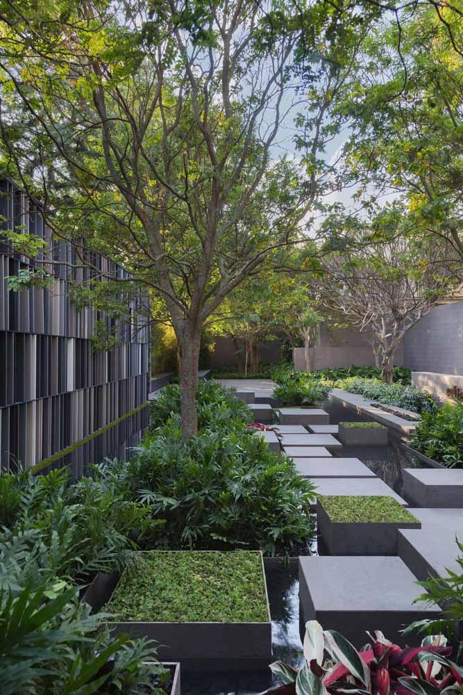 O cinza do concreto em meio ao verde das árvores: um belo contraste de cores e conceitos