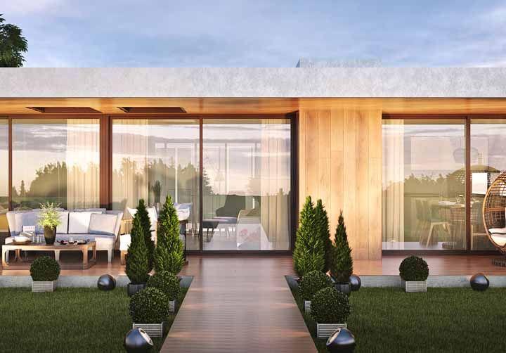 Um paisagismo discreto, mas capaz de emoldurar a casa com perfeição