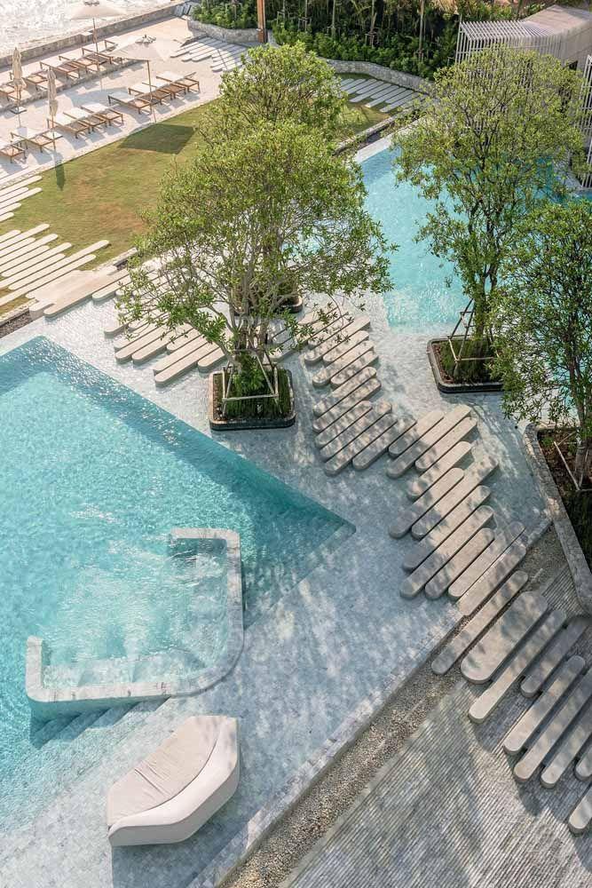 Um projeto paisagístico que inclui piscinas de águas azuis