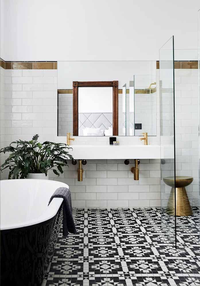 O elegante banheiro preto e branco ganhou um exemplar de asplênio para ficar completo