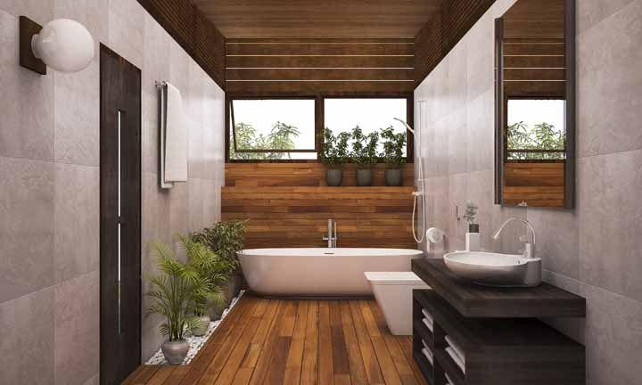 Bambus e palmeiras decoram esse banheiro amadeirado com jeito de spa