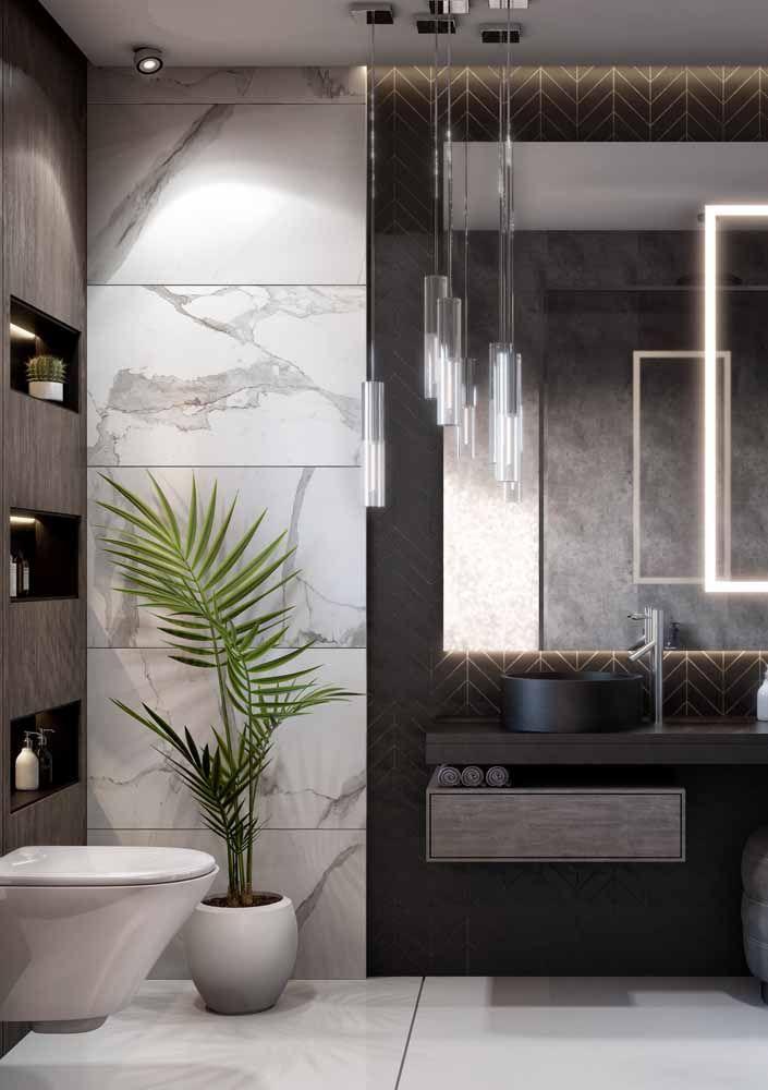 Banheiro moderno e elegante valorizado pela presença da Chamaedorea