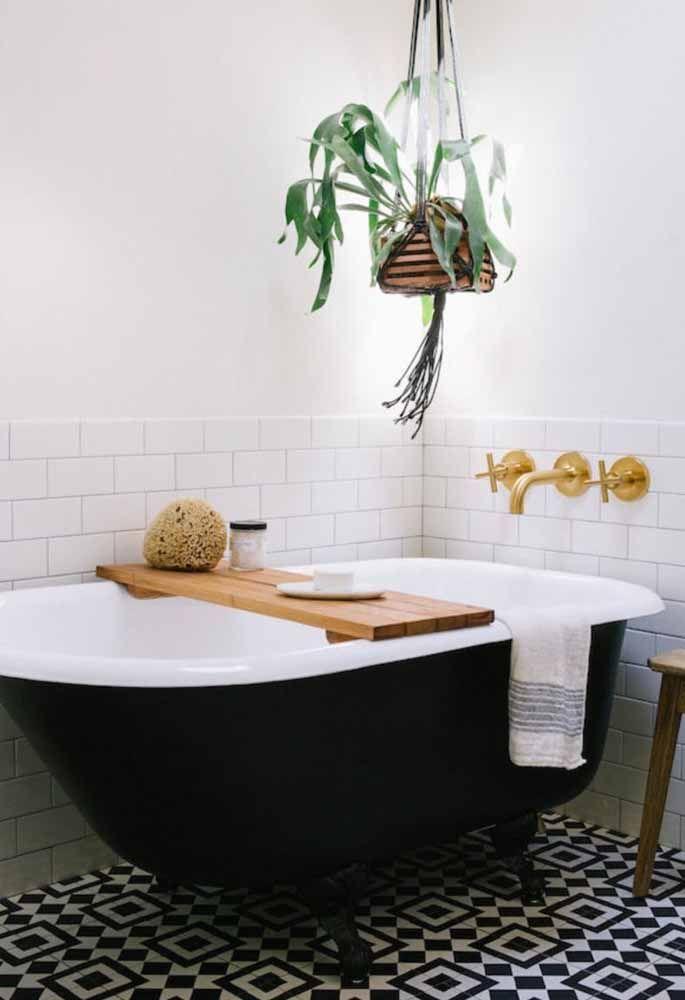 Chifre de veado suspenso sob a banheira: um arraso na decor!