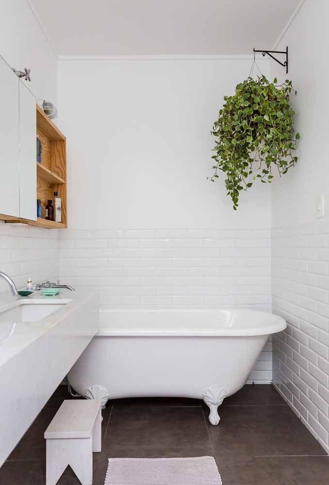 Nada como um vaso verdinho em um banheiro branco