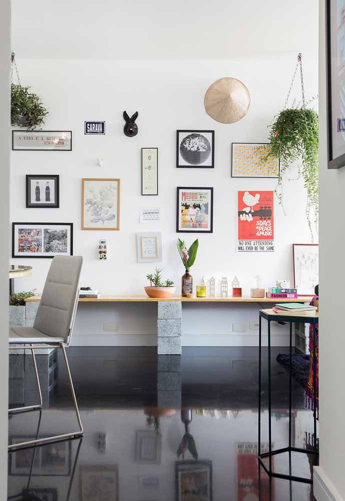 Já no escritório, a cor preta foi a escolhida para o piso de resina; repare no brilho que o epóxi confere ao ambiente