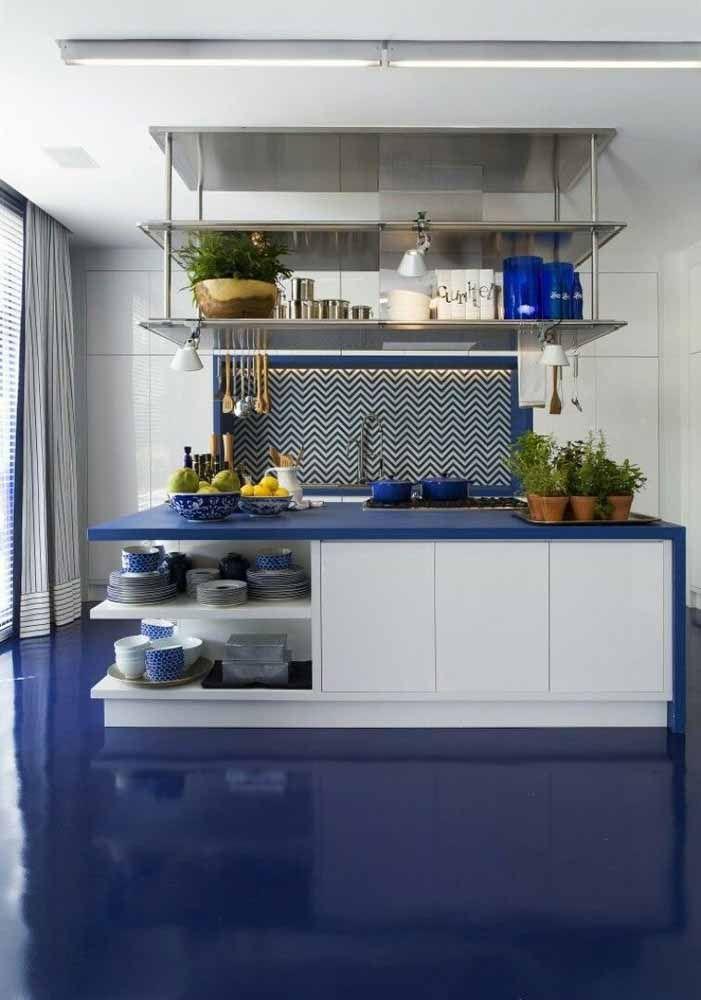 O piso azul transborda paz e tranquilidade para a cozinha