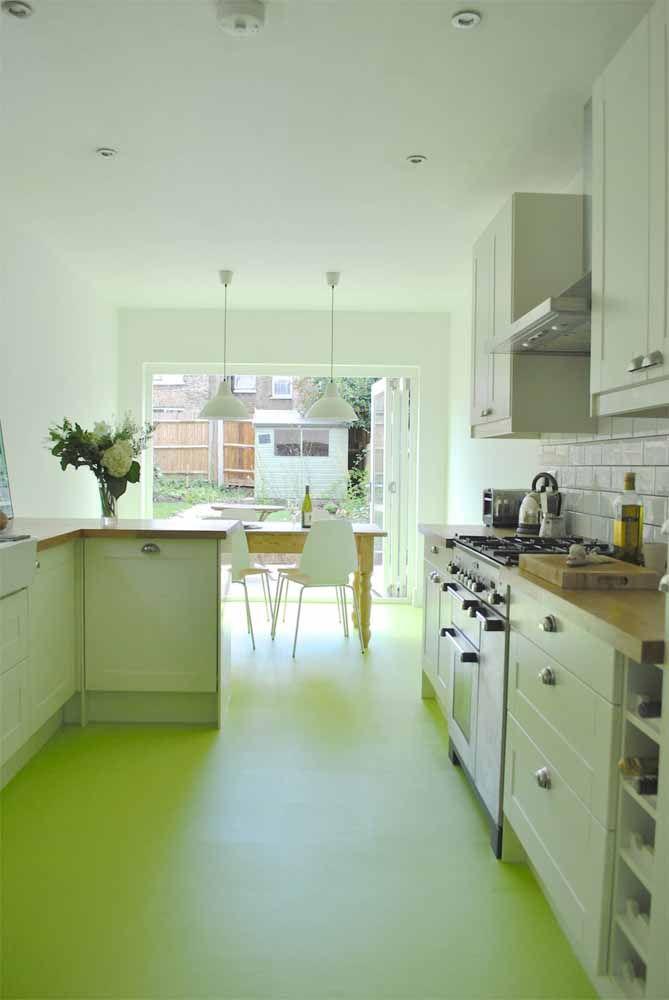 O que acha de um tom mais cítrico no piso epóxi para acender a decoração da casa?