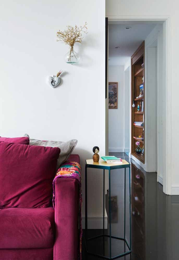 Um chão escuro e brilhante para marcar a casa com charme e elegância