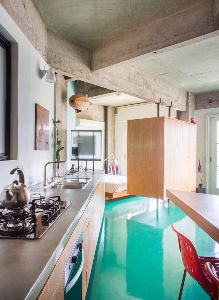 A casa de estilo industrial apostou em um piso de resina epóxi azul turquesa