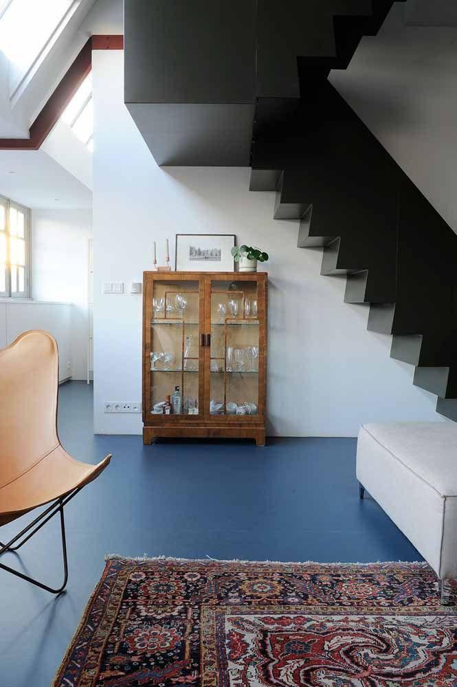 O tom de azul fechado é o destaque dessa sala que une características clássicas e modernas