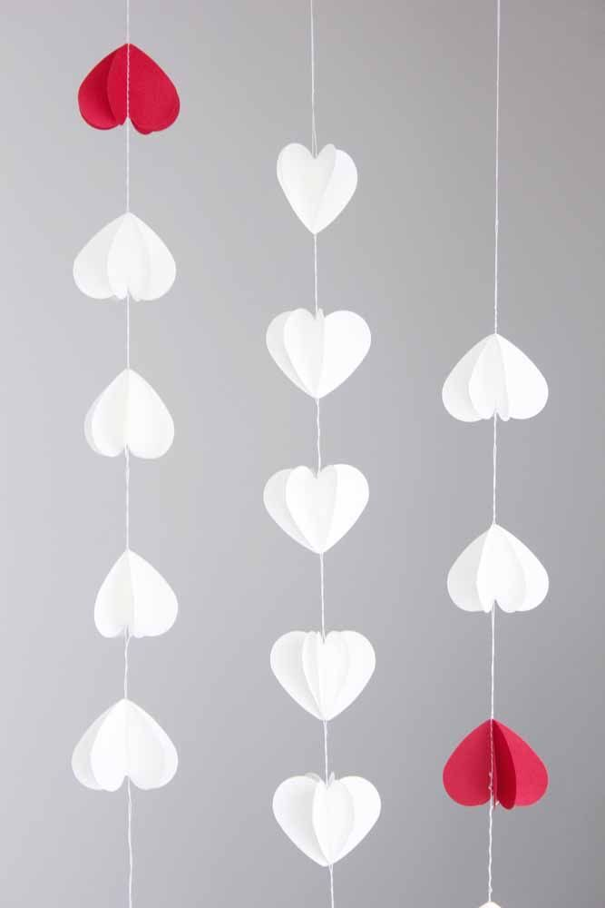 Para cima e para baixo; entre eles, um coração vermelho para destacar