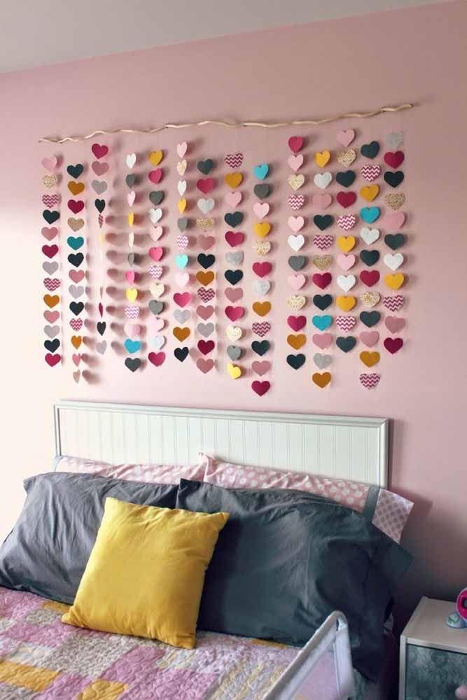 Na cabeceira do quarto a cortina de coração é um mimo só