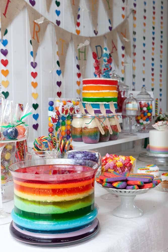 A festa infantil também caiu na onda da cortina de coração e apostou em modelos bem coloridos para combinar com o tema de arco íris