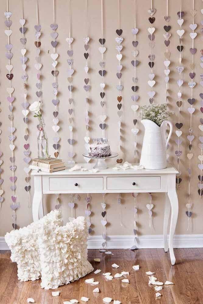 Cobrindo toda a parede, essa cortina de corações se encaixa perfeitamente com a proposta provençal da decor