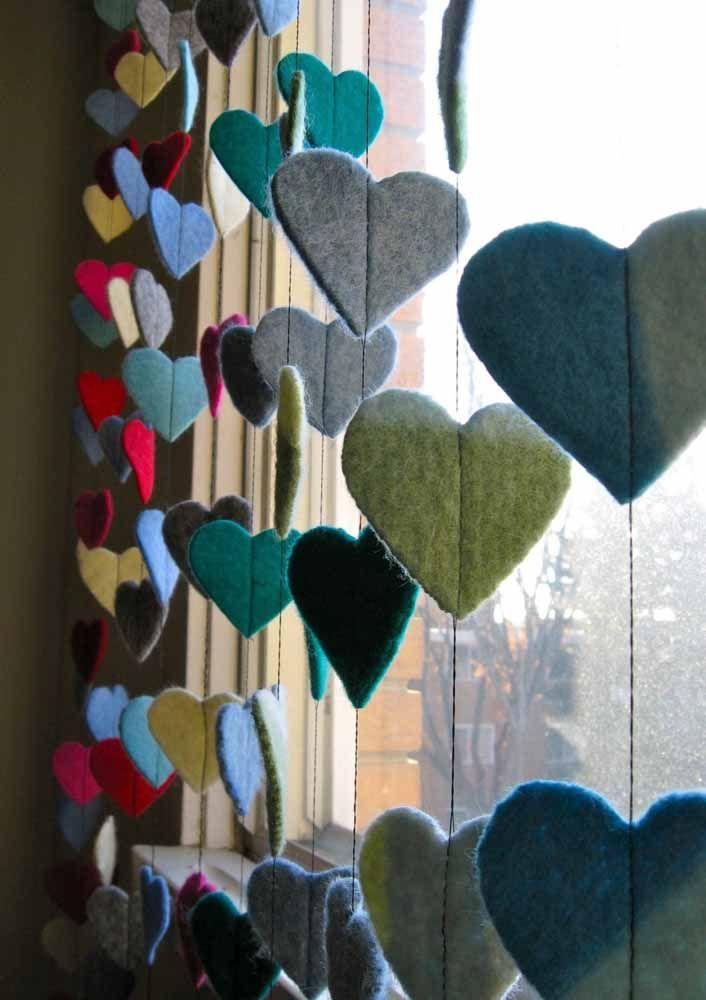 Outra opção é costurar os corações de feltro diretamente no fio da cortina