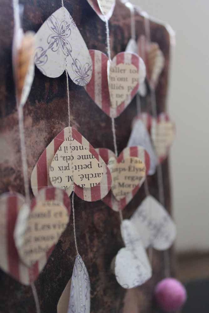 Uma cortina de corações feita com jornal: bonita e inusitada