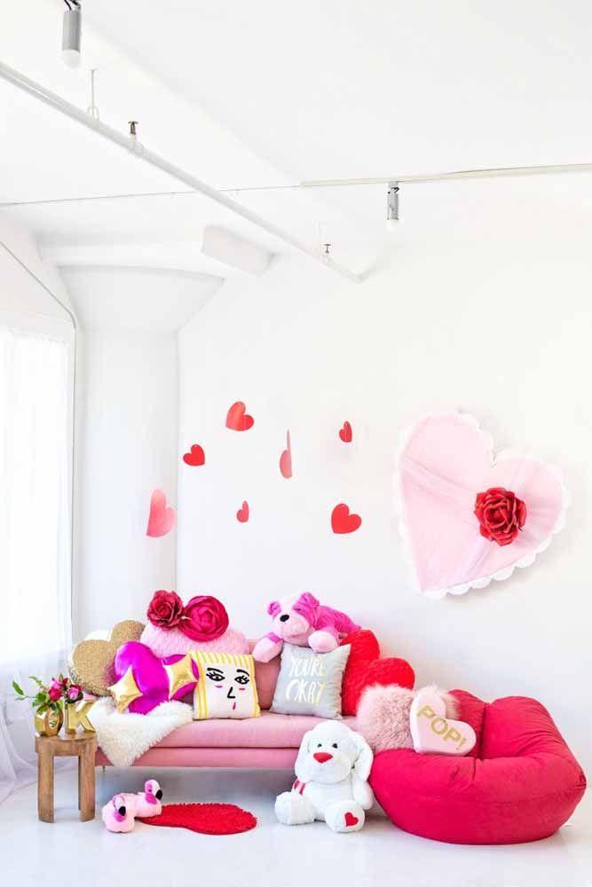 Uma brincadeira com corações na sala de casa