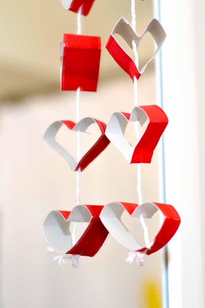 Pedaços de papelão e lá está uma cortina original de corações vermelhos