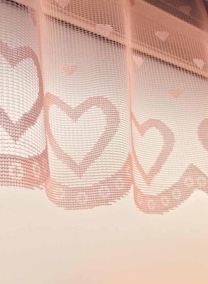 Aqui, a cortina de coração é literalmente uma cortina, toda feita de tecido