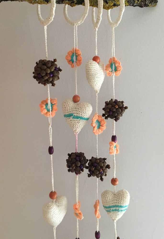 Diferente e charmosa: cortina de corações de crochê, flores e sementes