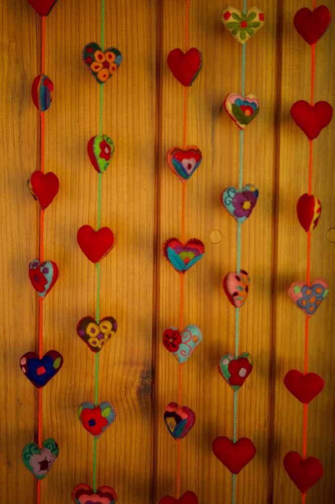 Cortina feita de corações vermelhos estampados preenchidos com manta acrílica