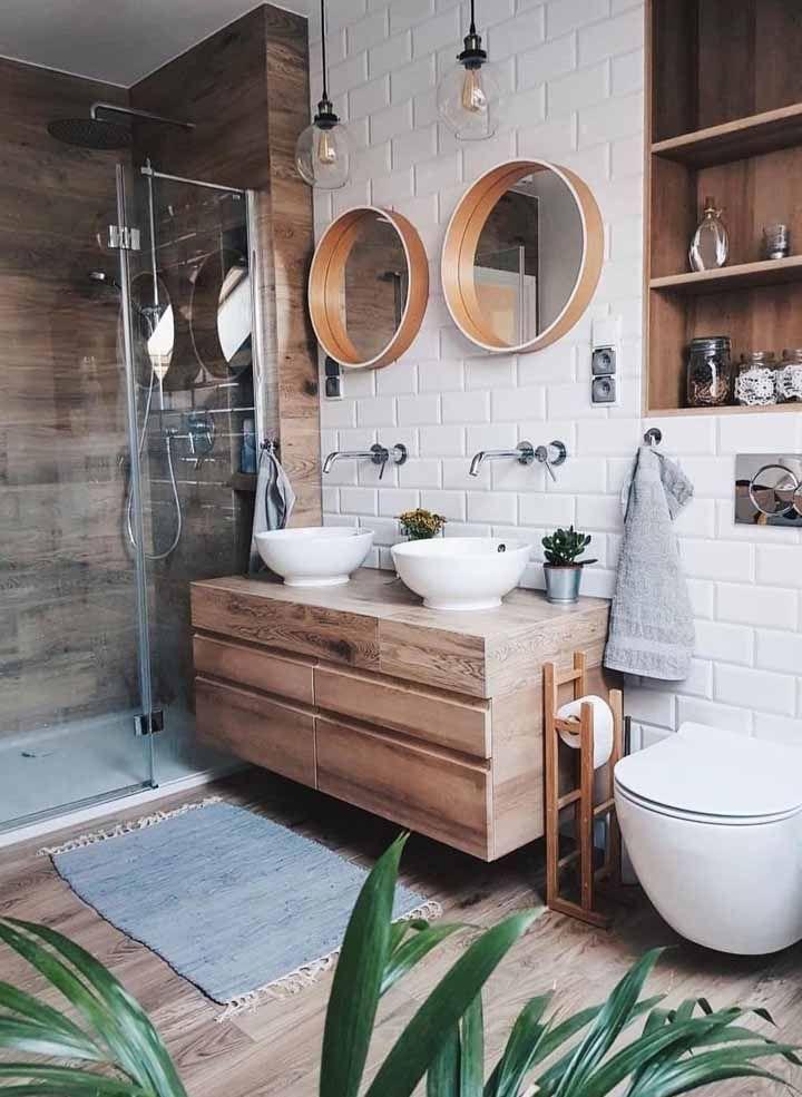 O piso de madeira aquece qualquer ambiente da casa, mas no banheiro prefira os porcelanatos amadeirados para criar esse efeito