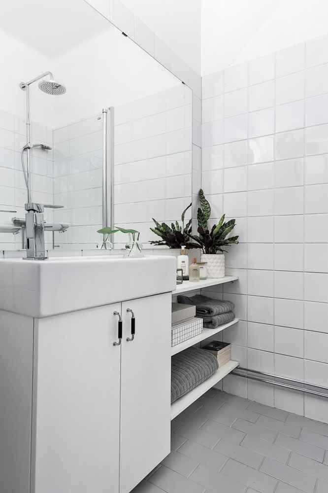 No banheiro branco é o verde do vaso de planta que ganha destaque