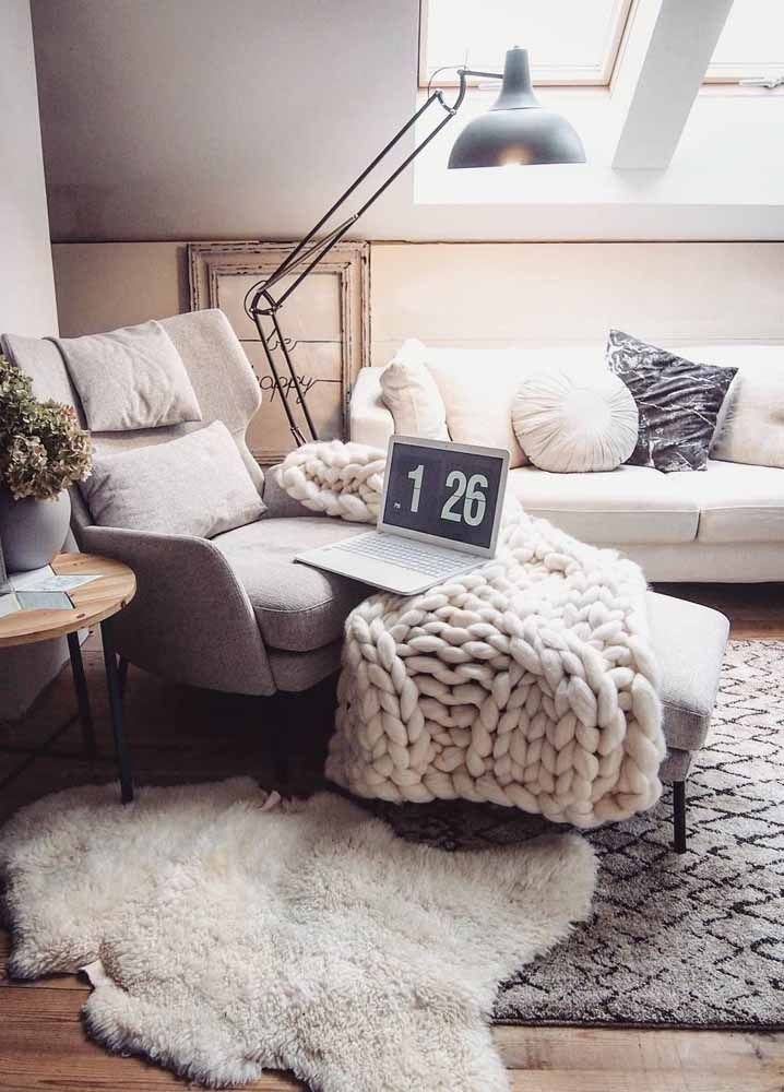 Ou então poder trabalhar deitado no sofá da sala envolvido em uma manta quentinha
