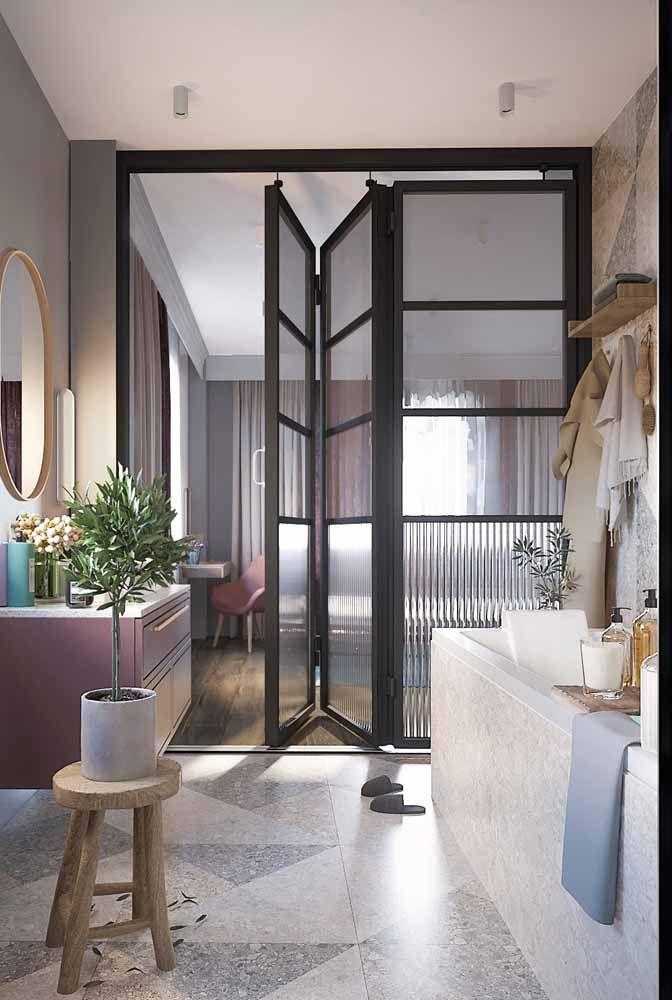 O vasinho de planta ajuda a marcar o estilo hygge desse banheiro