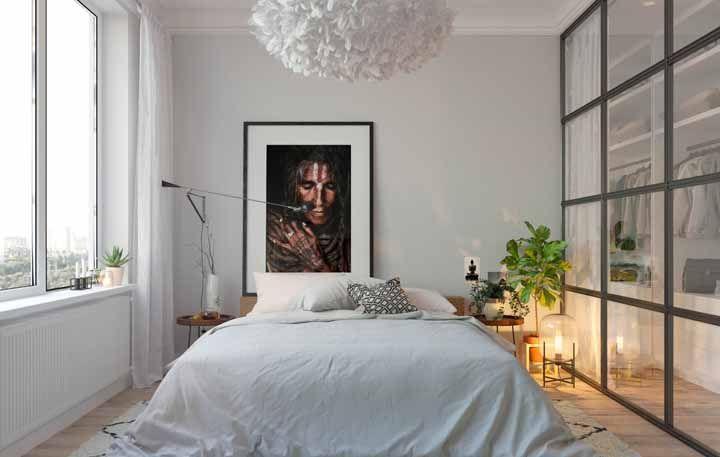 Nesse quarto de casal tem textura até no lustre