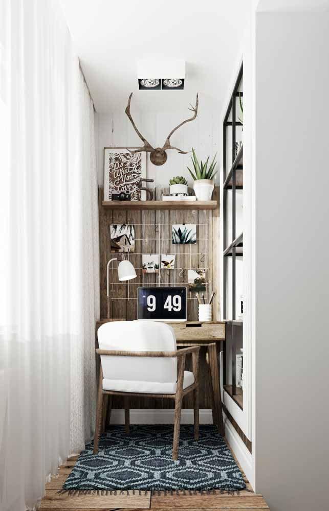 Home office pequeno, mas muito acolhedor; o uso da madeira reforça ainda mais essa impressão