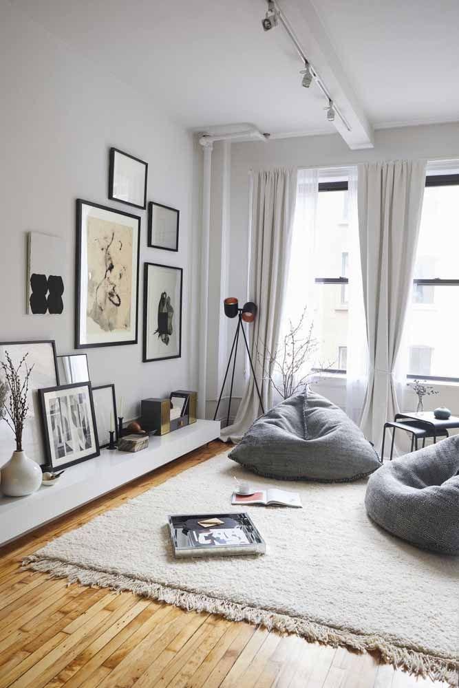 A dica aqui para deixar a sala mais aconchegante é usar pufes ao invés do sofá e um tapete que cubra toda a área