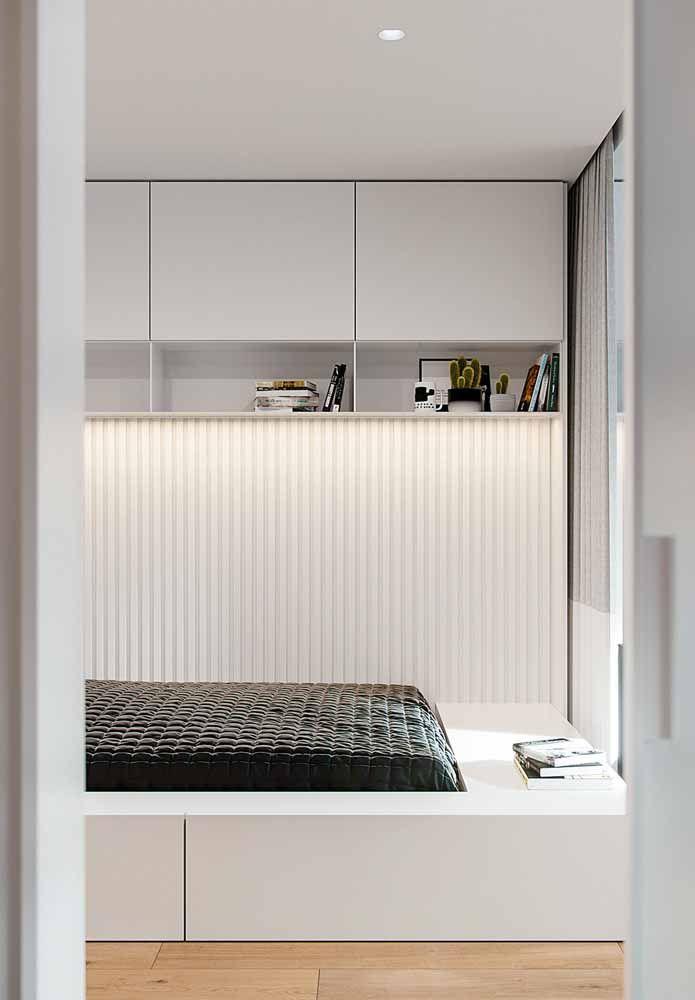 Luz, espelho e textura: três efeitos na mesma parede branca