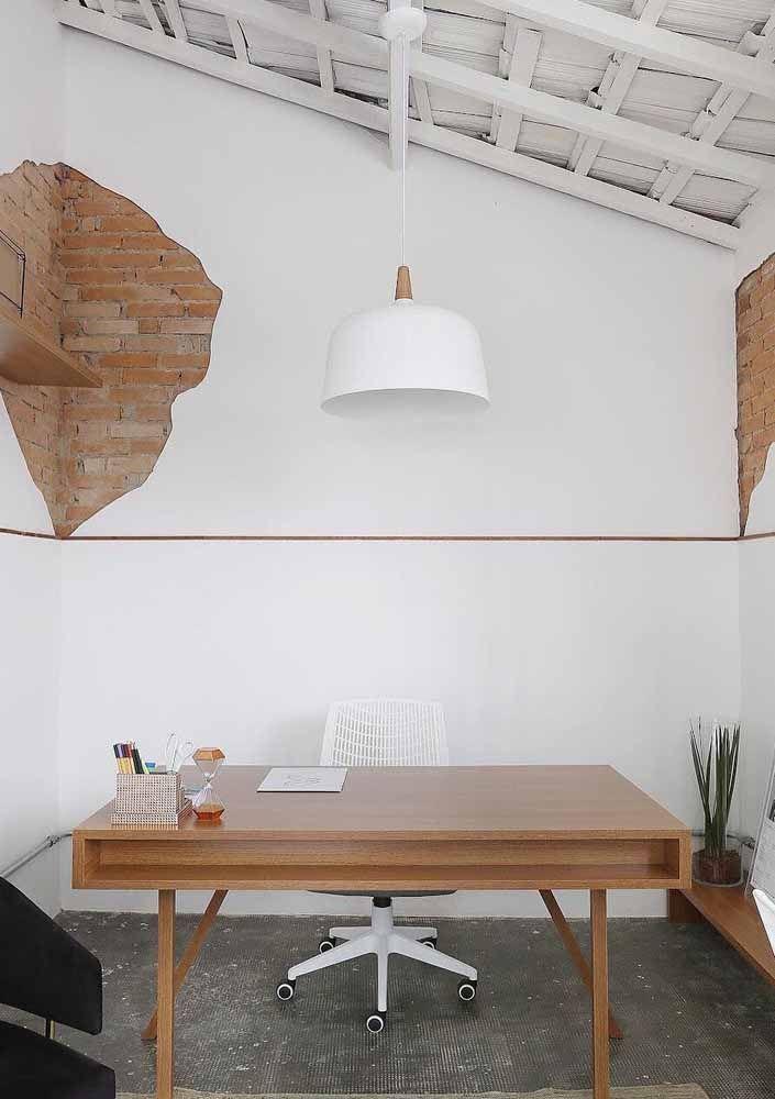 Quer algo mais rústico e descolado para as paredes brancas? O que acha de descascar a parede e deixar os tijolos da construção à vista?