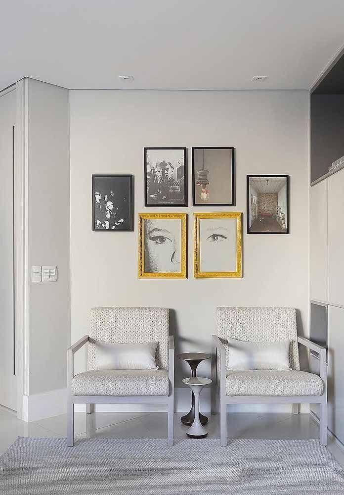 Os quadros posicionados de modo irregular criam uma composição que valoriza a parede branca, sem contar o contraste criado entre a moldura amarela e as molduras pretas