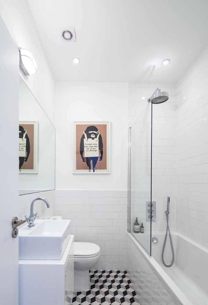 Banheiro branco é clássico, mas esse aqui se destaca pelo quadro inusitado na parede